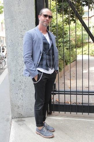 Как одеваться мужчине за 40: Голубой пиджак и черные брюки чинос — беспроигрышный вариант для приверженцев дресс-кода смарт-кэжуал. Хочешь сделать лук немного строже? Тогда в качестве дополнения к этому образу, выбери голубые кожаные броги.