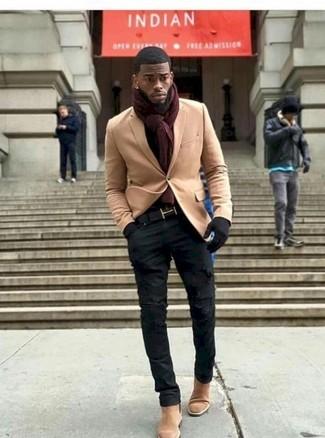 Как и с чем носить: светло-коричневый шерстяной пиджак, черные рваные зауженные джинсы, светло-коричневые замшевые ботинки челси, темно-красный шарф