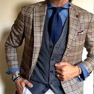 Как и с чем носить: коричневый пиджак в шотландскую клетку, темно-серый кардиган, синяя джинсовая рубашка, белые брюки чинос