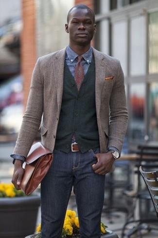 Модный лук: коричневый шерстяной пиджак, темно-серый кардиган, синяя джинсовая рубашка, темно-серые джинсы