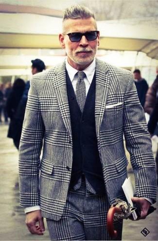 """Как Nick Wooster носит Серый пиджак с рисунком """"гусиные лапки"""", Темно-синий кардиган, Белая классическая рубашка, Серые классические брюки с рисунком """"гусиные лапки"""""""