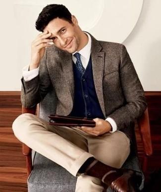 Любителям стиля smart casual придется по душе сочетание темно-коричневого шерстяного пиджака и светло-коричневых брюк чинос. Что касается обуви, можно отдать предпочтение классическому стилю и выбрать коричневые кожаные оксфорды.