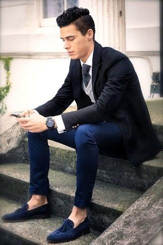 Модный лук: черный пиджак, серый кардиган, белая классическая рубашка, темно-синие брюки чинос