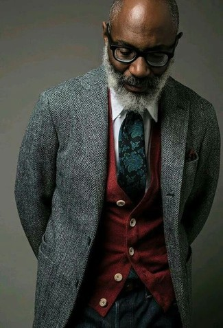 """Сочетание серого шерстяного пиджака с узором """"в ёлочку"""" и темно-синих джинсов поможет выразить твой индивидуальный стиль. Когда ты одет с иголочки, настроение на высоте, даже если на улице по-осеннему тоскливо и угрюмо."""