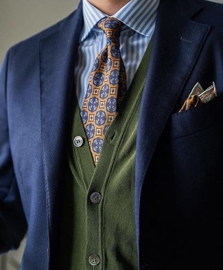 Темно-синий пиджак и оливковый кардиган — идеальный мужской лук для ужина с приятелями. Такой лук непременно будет пользоваться у тебя спросом осенью.