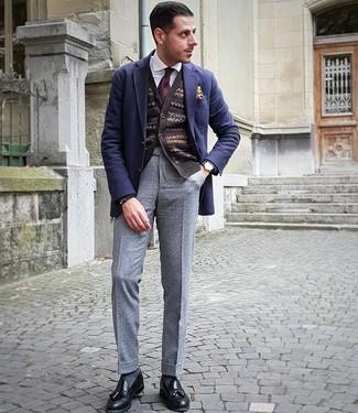 Как и с чем носить: темно-синий шерстяной пиджак, темно-коричневый кардиган с жаккардовым узором, белая классическая рубашка, серые шерстяные классические брюки