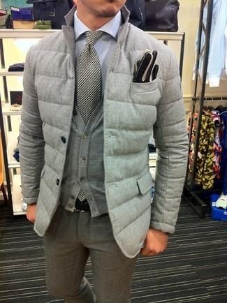 Как и с чем носить: серый стеганый пиджак, серый кардиган, белая классическая рубашка, серые шерстяные классические брюки