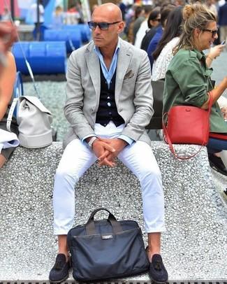 Как и с чем носить: серый пиджак, темно-синий кардиган, голубая классическая рубашка, белые брюки чинос