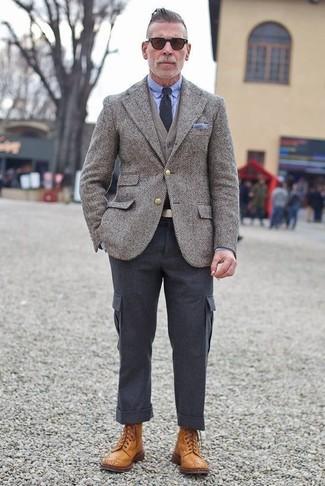 """Как и с чем носить: серый шерстяной пиджак с узором """"в ёлочку"""", серый кардиган, голубая классическая рубашка, темно-серые брюки карго"""