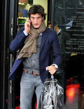 Как и с чем носить: темно-синий пиджак, серый кардиган, голубая классическая рубашка, серые зауженные джинсы