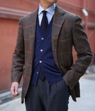 Как и с чем носить: темно-коричневый шерстяной пиджак в клетку, темно-синий кардиган, голубая классическая рубашка в вертикальную полоску, темно-серые шерстяные классические брюки