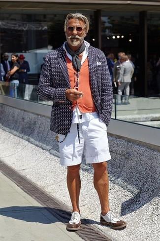Как и с чем носить: темно-синий пиджак с принтом, оранжевый кардиган, белая классическая рубашка, белые шорты