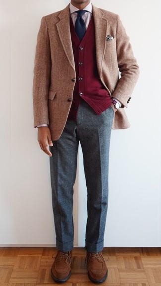 """Как и с чем носить: светло-коричневый шерстяной пиджак с узором """"в ёлочку"""", красный кардиган, красная классическая рубашка в вертикальную полоску, серые шерстяные классические брюки"""