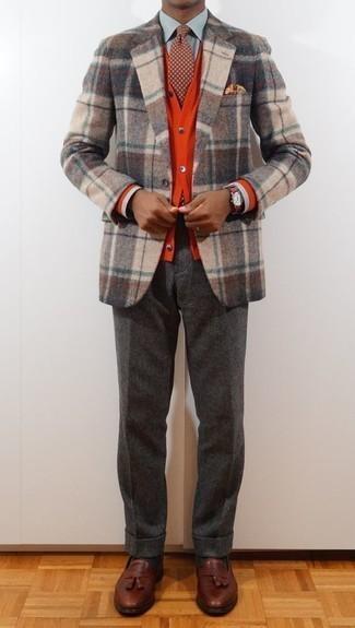 Темно-красный галстук в горошек: с чем носить и как сочетать мужчине: Несмотря на то, что этот лук выглядит достаточно сдержанно, сочетание бежевого шерстяного пиджака в шотландскую клетку и темно-красного галстука в горошек всегда будет выбором стильных мужчин, покоряя при этом сердца прекрасных дам. Если говорить об обуви, коричневые кожаные лоферы с кисточками являются хорошим выбором.