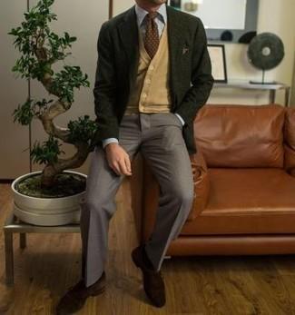 С чем носить темно-зеленый пиджак мужчине: Темно-зеленый пиджак выглядит прекрасно в паре с серыми классическими брюками. Очень уместно здесь смотрятся темно-коричневые замшевые монки.