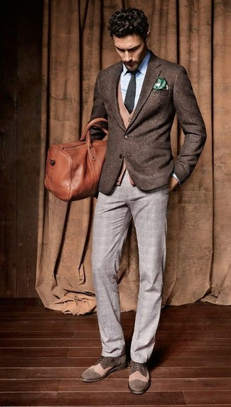 Модный лук: темно-коричневый шерстяной пиджак, светло-коричневый кардиган, голубая классическая рубашка, серые классические брюки в шотландскую клетку