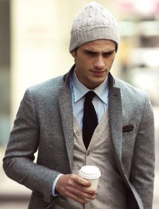Модный лук: серый шерстяной пиджак, бежевый кардиган, бело-синяя классическая рубашка в вертикальную полоску, бежевая шапка