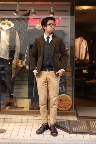 С чем носить темно-коричневые кожаные туфли дерби: Надев коричневый вельветовый пиджак и светло-коричневые брюки чинос, можно спокойно идти на полуформальную встречу или культурное мероприятие. Если ты любишь смешивать в своих луках разные стили, из обуви можешь надеть темно-коричневые кожаные туфли дерби.