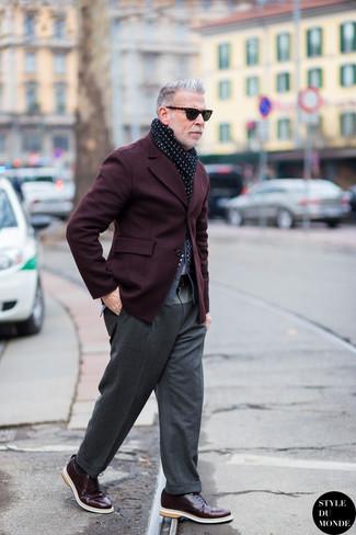 Как Nick Wooster носит Темно-красный пиджак, Серый кардиган, Серые шерстяные классические брюки, Темно-красные кожаные туфли дерби