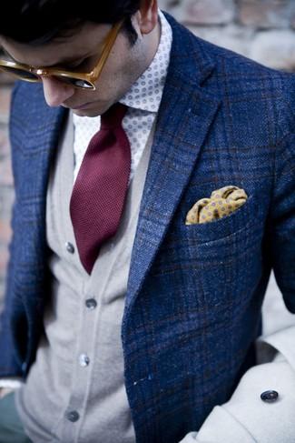 Модный лук: синий пиджак в шотландскую клетку, серый кардиган, бело-синяя рубашка с длинным рукавом в горошек, темно-красный галстук