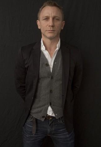 Как Daniel Craig носит Черный пиджак, Серый кардиган, Белая рубашка с длинным рукавом, Темно-синие джинсы