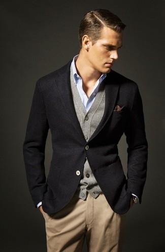 Модный лук: черный шерстяной пиджак, серый кардиган, голубая рубашка с длинным рукавом, светло-коричневые брюки чинос