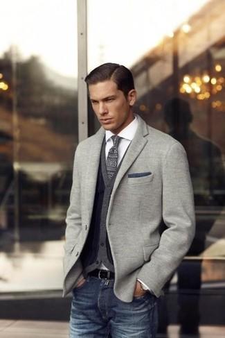 Модный лук: серый вязаный пиджак, темно-серый кардиган, белая рубашка с длинным рукавом, темно-синие джинсы