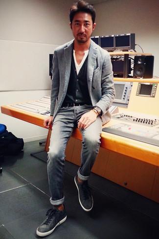 Как и с чем носить: серый пиджак, черный кардиган, белая футболка на пуговицах, серые джинсы
