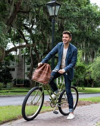Как и с чем носить: темно-синий джинсовый пиджак, бежевый кардиган, белая футболка с круглым вырезом, темно-синие джинсы