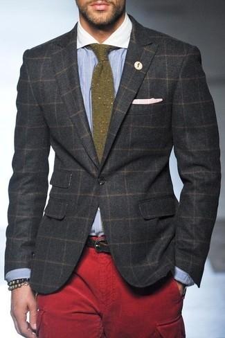 Как и с чем носить: темно-серый шерстяной пиджак в клетку, голубая классическая рубашка в вертикальную полоску, красные брюки карго, оливковый шерстяной галстук