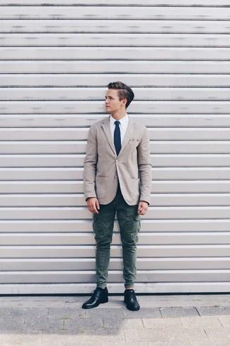 Как и с чем носить: бежевый хлопковый пиджак, белая классическая рубашка, темно-зеленые брюки карго, черные кожаные туфли дерби