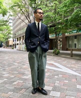 Модные мужские луки 2020 фото: Темно-синий пиджак в паре с темно-зелеными брюками карго продолжает нравиться парням, которые любят одеваться со вкусом. Не прочь добавить в этот лук немного строгости? Тогда в качестве обуви к этому луку, стоит обратить внимание на черные кожаные лоферы.