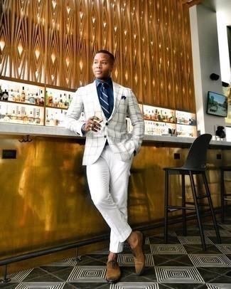 С чем носить бело-коричневый пиджак в шотландскую клетку мужчине: Если у тебя творческое место работы, обрати внимание на это ансамбль из бело-коричневого пиджака в шотландскую клетку и белых брюк карго. Хотел бы сделать лук немного элегантнее? Тогда в качестве обуви к этому образу, выбери коричневые замшевые оксфорды.