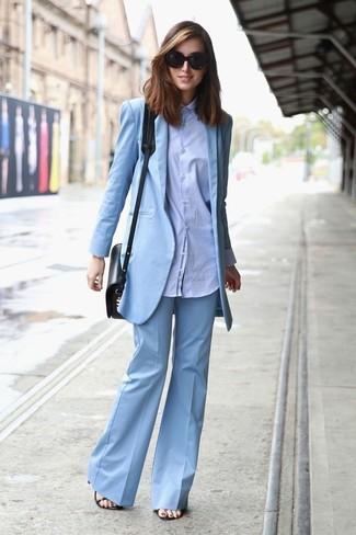 Как и с чем носить: голубой пиджак, голубая классическая рубашка, голубые брюки-клеш, черные кожаные босоножки на каблуке