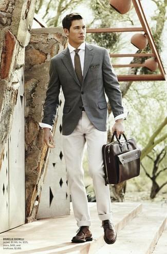Как и с чем носить: серый пиджак, белая классическая рубашка, бежевые брюки чинос, темно-коричневые кожаные туфли дерби