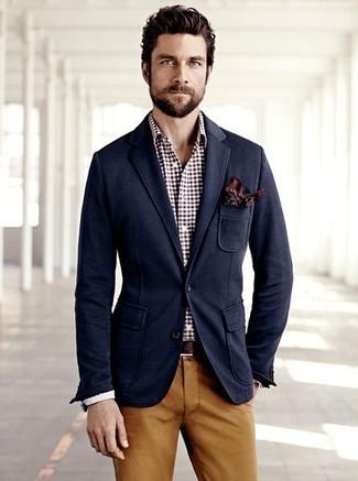Модный лук: темно-синий пиджак, темно-красная классическая рубашка в мелкую клетку, табачные брюки чинос, коричневый нагрудный платок с принтом