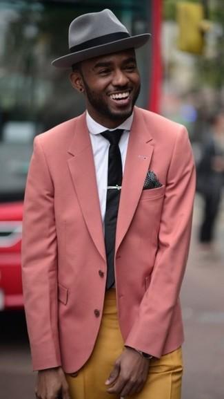 Розовый пиджак и горчичные брюки чинос — хорошее решение для мероприятий с дресс-кодом business casual.