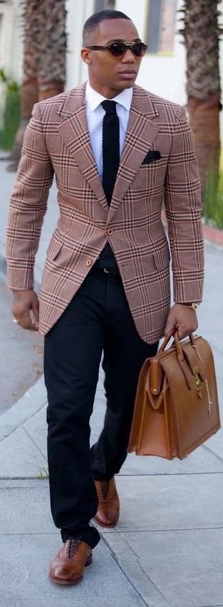 светло-коричневый пиджак в шотландскую клетку в сочетании с темно-синими брюками чинос — идеальный вариант для создания образа в стиле элегантной повседневности. Вкупе с этим нарядом органично будут смотреться коричневые кожаные броги.