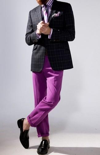 С чем носить черно-белый пиджак в шотландскую клетку мужчине: Сочетание черно-белого пиджака в шотландскую клетку и пурпурных брюк чинос позволит выглядеть стильно, но при этом выразить твой индивидуальный стиль. Почему бы не привнести в этот лук на каждый день толику консерватизма с помощью черных кожаных лоферов?