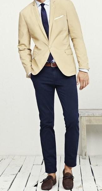 Сочетание бежевого пиджака и темно-синих брюк чинос уместно и в офисе, и на мероприятиях с дресс-кодом business casual. Чтобы образ не получился слишком отполированным, можно завершить его темно-коричневыми замшевыми мокасинами.