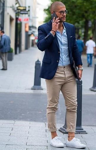 Синий пиджак и бежевые брюки чинос — прекрасный вариант для приверженцев дресс-кода business casual. Выбирая обувь, можно немного побаловаться и завершить образ белыми низкими кедами.