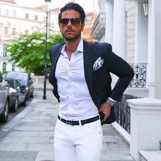 Модный лук: темно-синий пиджак, светло-фиолетовая классическая рубашка, белые брюки чинос, бело-синий нагрудный платок с принтом
