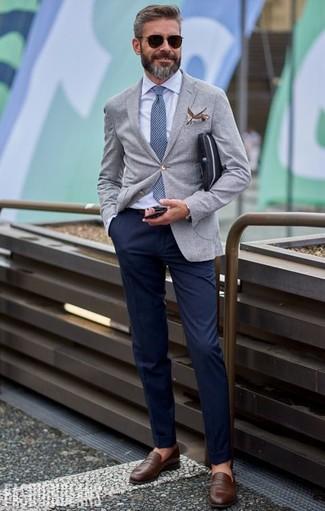 Поклонникам стиля dressy casual придется по вкусу сочетание серого пиджака и темно-синих брюк чинос. Очень органично здесь будут смотреться коричневые кожаные лоферы.