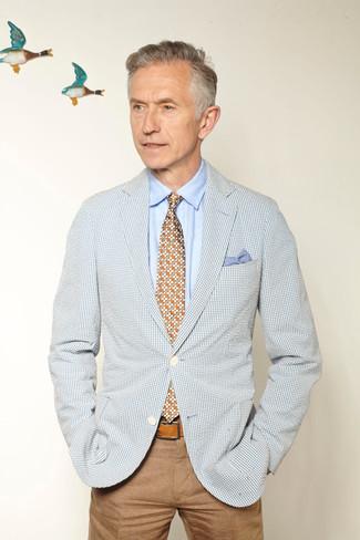 Как и с чем носить: голубой пиджак в мелкую клетку, голубая классическая рубашка, светло-коричневые брюки чинос, разноцветный галстук с цветочным принтом