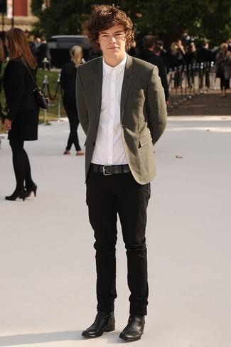 Как Harry Styles носит Оливковый пиджак, Белая классическая рубашка, Черные брюки чинос, Черные кожаные ботинки челси