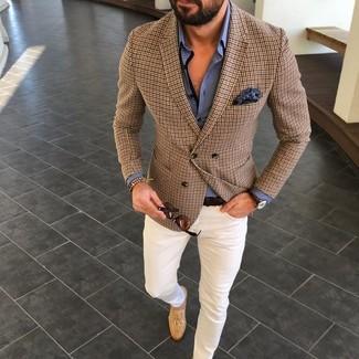 Модный лук: коричневый пиджак в клетку, синяя классическая рубашка, белые брюки чинос, светло-коричневые замшевые лоферы с кисточками