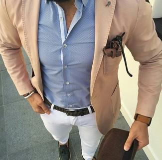Как и с чем носить: светло-коричневый хлопковый пиджак, голубая классическая рубашка, белые брюки чинос, темно-зеленые кожаные лоферы с кисточками