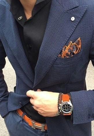 Модный лук: темно-синий пиджак, черная классическая рубашка, темно-синие брюки чинос, коричневый нагрудный платок с леопардовым принтом