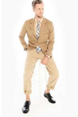 Как и с чем носить: светло-коричневый хлопковый пиджак, светло-коричневая классическая рубашка, светло-коричневые брюки чинос, черные кожаные туфли дерби