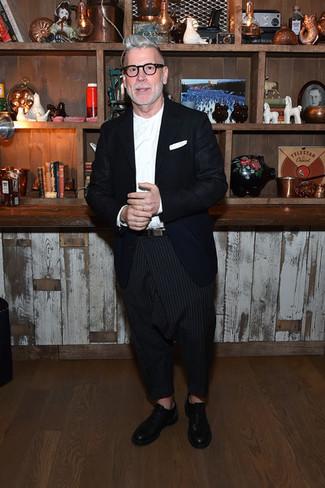 Как Nick Wooster носит Темно-синий пиджак, Белая классическая рубашка, Черные брюки чинос в вертикальную полоску, Черные кожаные оксфорды